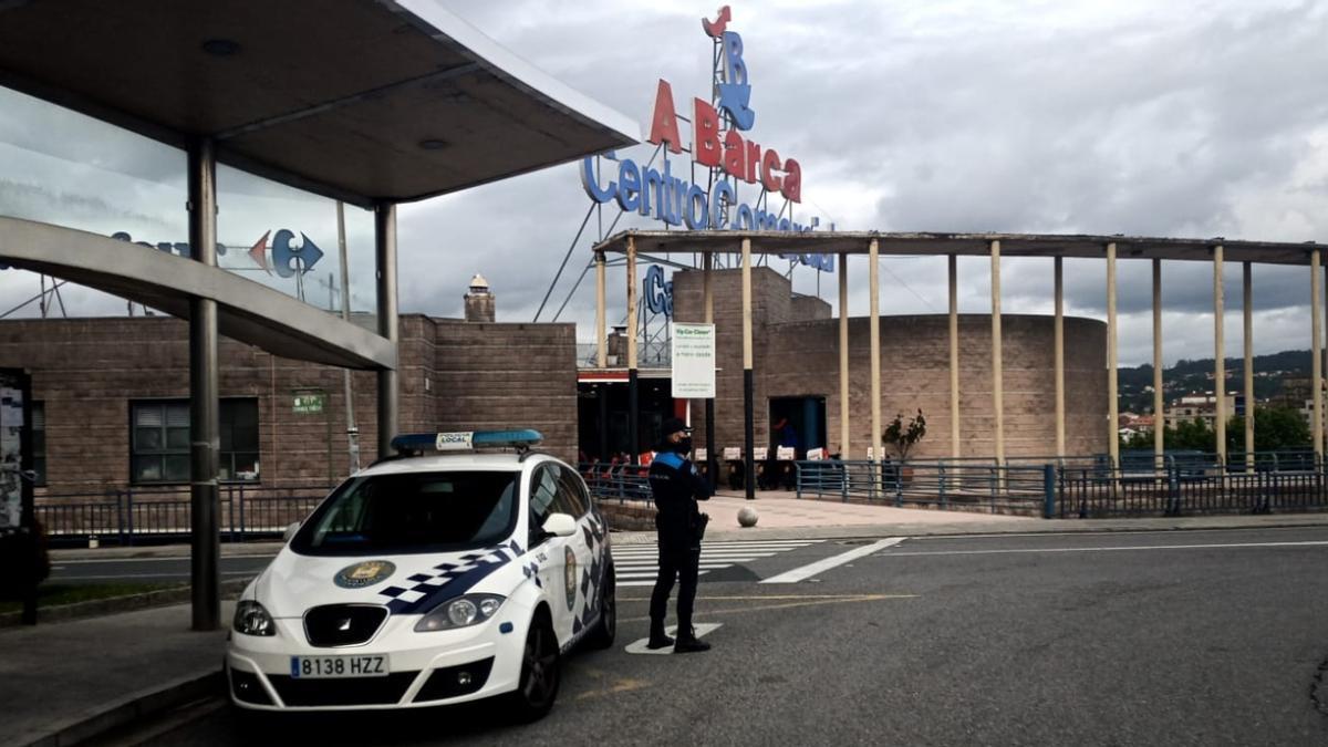 Un coche policial ante el centro comercial