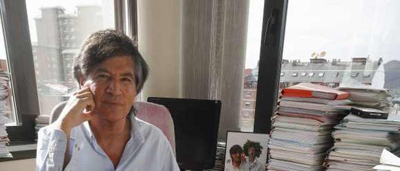 Carlos López Otín, en su despacho del edificio de Bioquímica, en el campus del Cristo, en una imagen tomada recientemente.