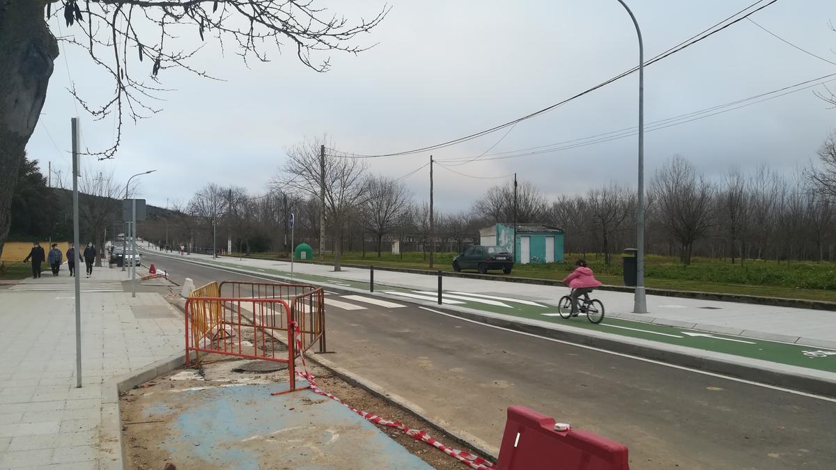 Varias personas caminan por el paseo de la Isla, una zona que se ha dotado ya de un carril para patines y bicis.