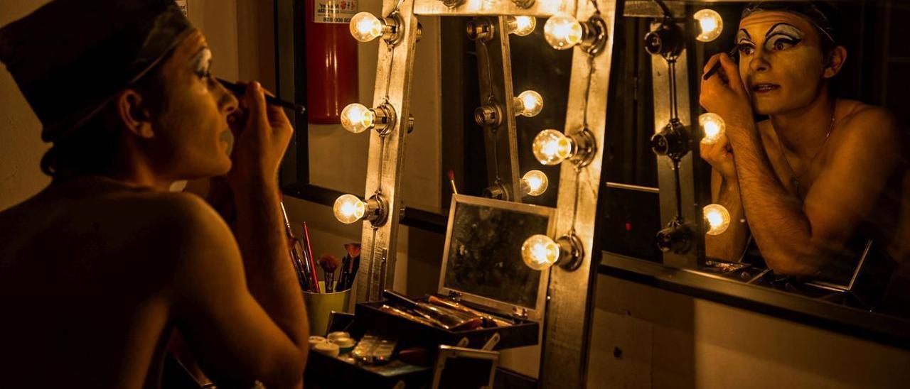 Adrià se maquilla antes de empezar el show.
