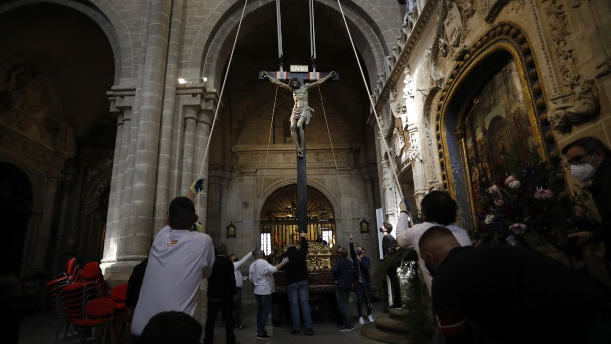 Una de las acciones de la Semana Santa de este año en Zamora: bajada del Cristo de las Injurias