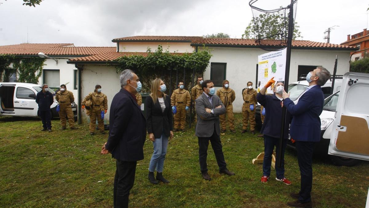 Rueda durante su visita a las instalaciones de Seaga para combatir la velutina en Pontevedra.