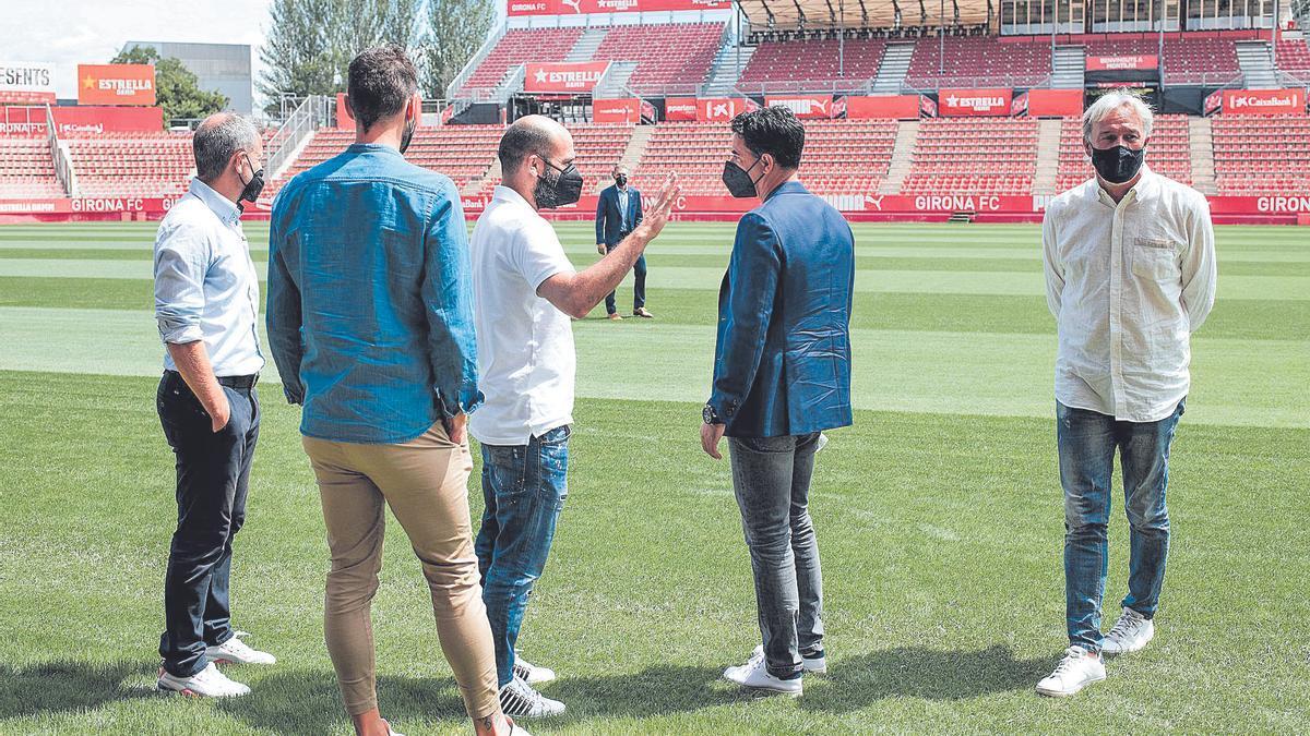 Pere Guardiola enraona amb Míchel, amb la presència de Quique Cárcel i els membres de l'«staff» David Porcel i Juan Carlos Balaguer