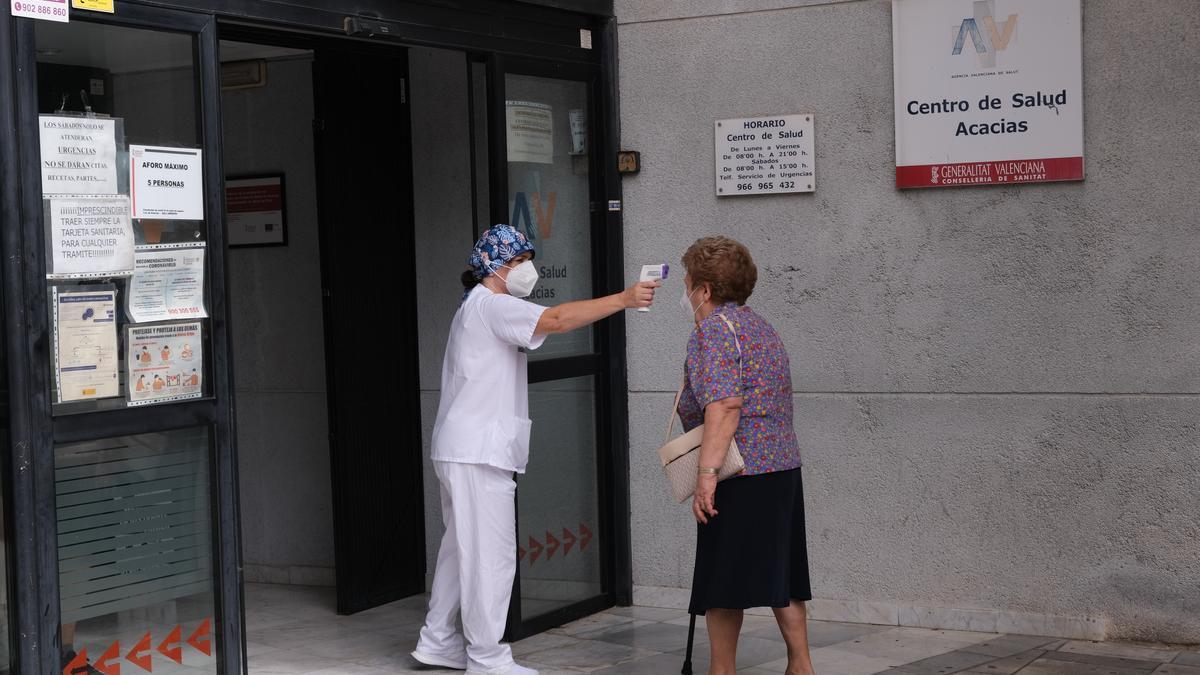Toma de temperatura para entrar en un centro de salud de la provincia.