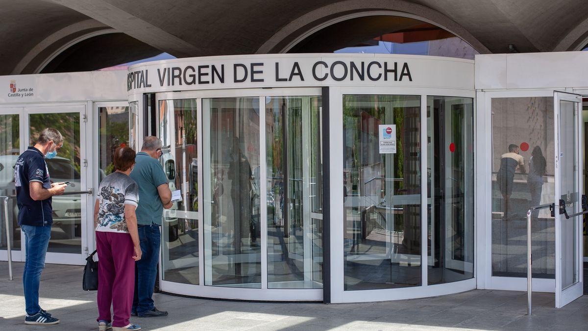 Varios pacientes, a la entrada del Hospital Virgen de la Concha