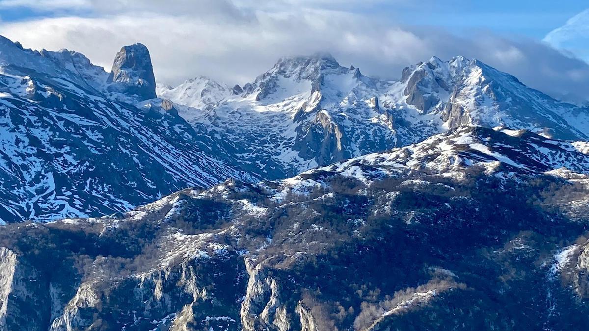 El Urriellu, al fondo, en unos Picos de Europa con apenas nieve este domingo 20 de diciembre.