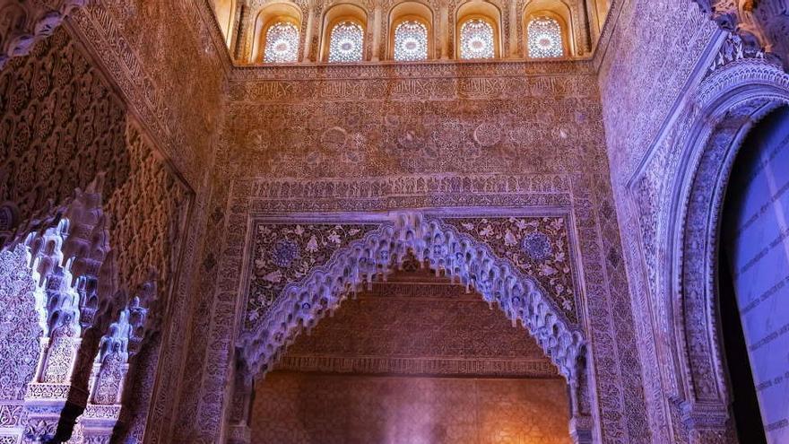 La Alhambra trabaja para restaurar la policromía original nazarí de la Sala de los Reyes
