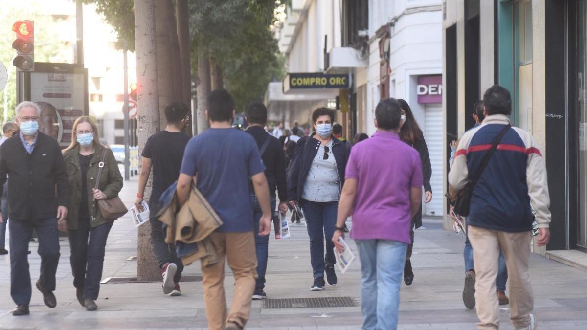 Personas paseando por la Gran Vía de Murcia.