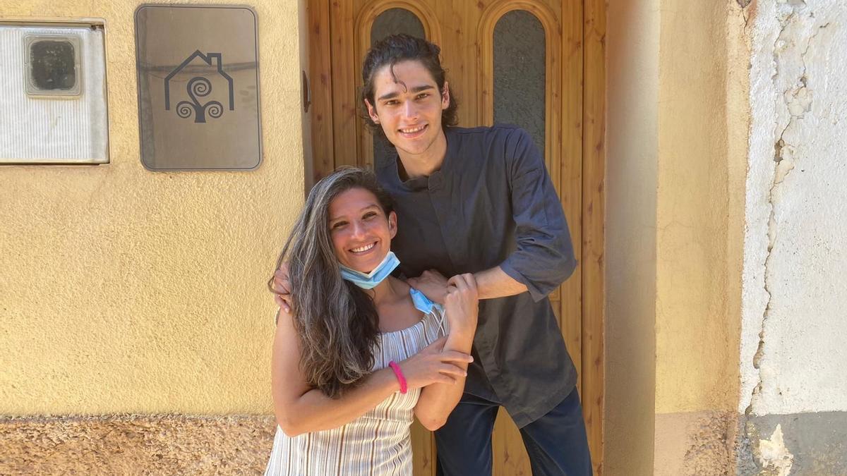 Álvaro y su madre, frente a la casa de Cinctorres, donde trabaja en la hostelería.