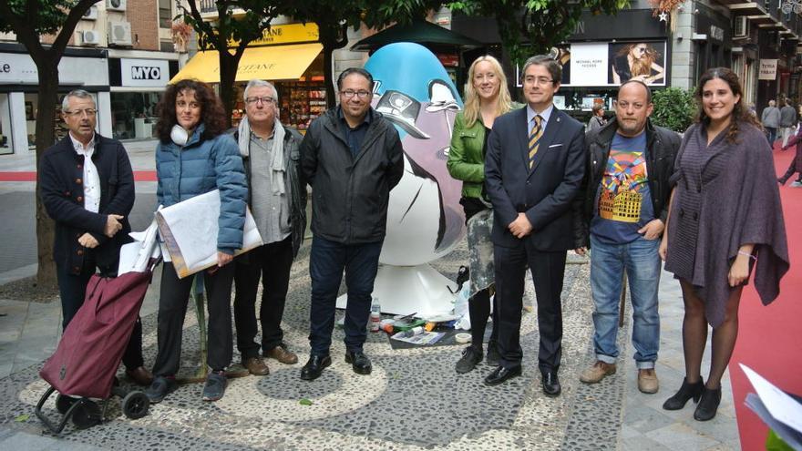 Diez pintores murcianos decoran huevos gigantes en las plazas de Murcia