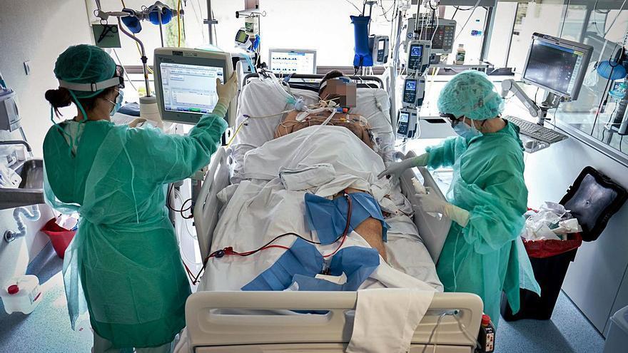 Las UCI prevén recibir un goteo de pacientes covid al menos hasta después del verano