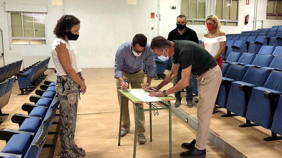 La alcaldesa junto con el concejal de Cultura y la empresa adjudicataria firman el contrato para la rehabilitación del Auditori.