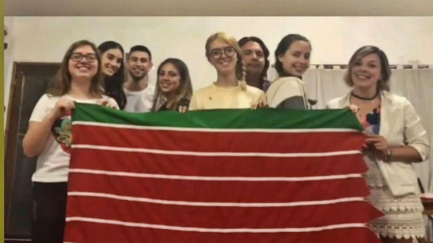 Descendientes de zamoranos, con la bandera de la tierra de sus abuelos.