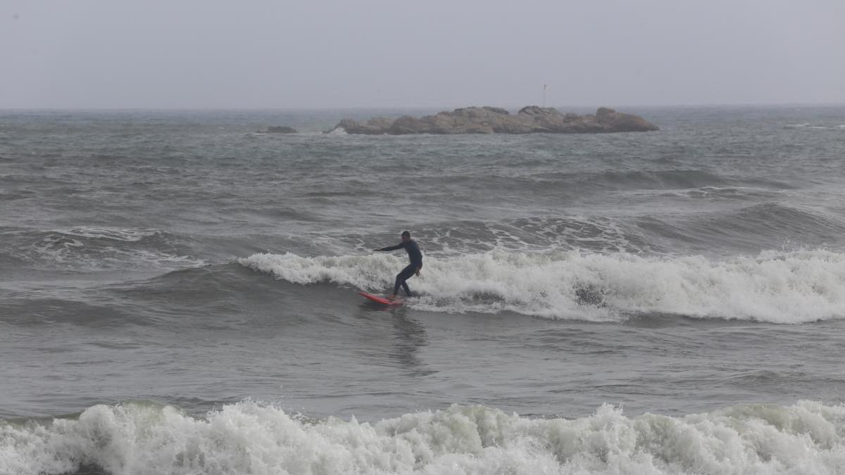 Un home fent surf a l'Escala -