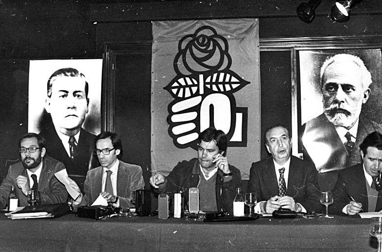 Felipe González, flanqueado por Rafael Fernández y Luis Gómez Llorente (derecha) y Javier Solana y Alfonso Guerra (izquierda), con los retratos de Manuel Llaneza y Pablo Iglesias detrás.