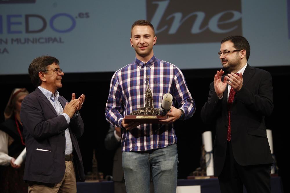 Ceremonia de entrega de los premios del XXIV concurso y muestra del Folclore Ciudad de Oviedo