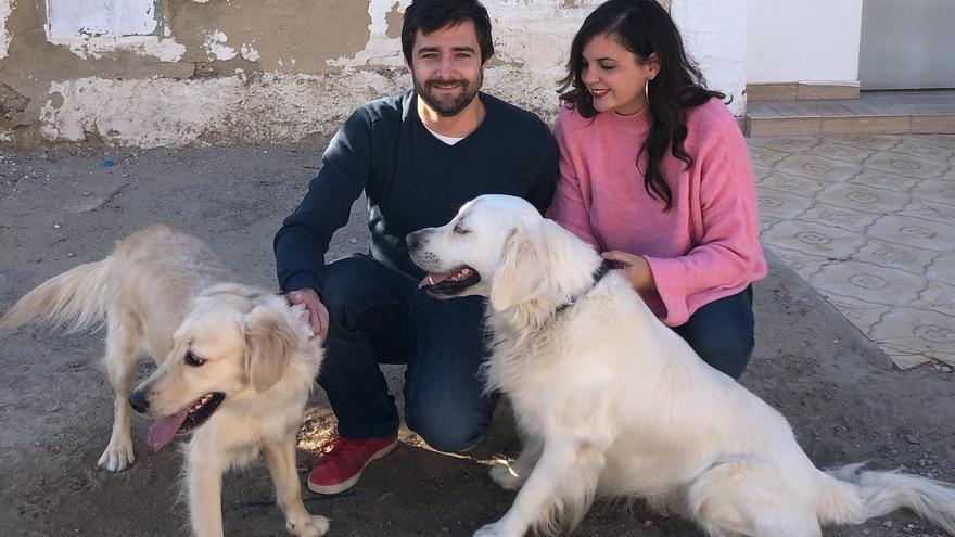 Sandra Gomez y su marido acogen un perro abandonado