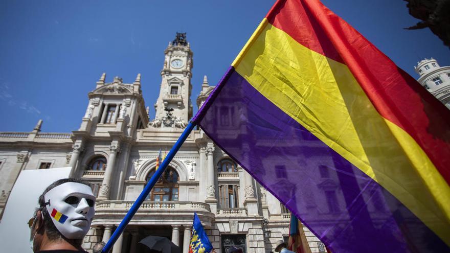 Una concentración en València reivindica poder elegir entre monarquía o república