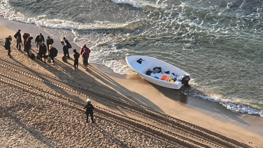 Una nueva patera llega a la playa de Levante de Benidorm