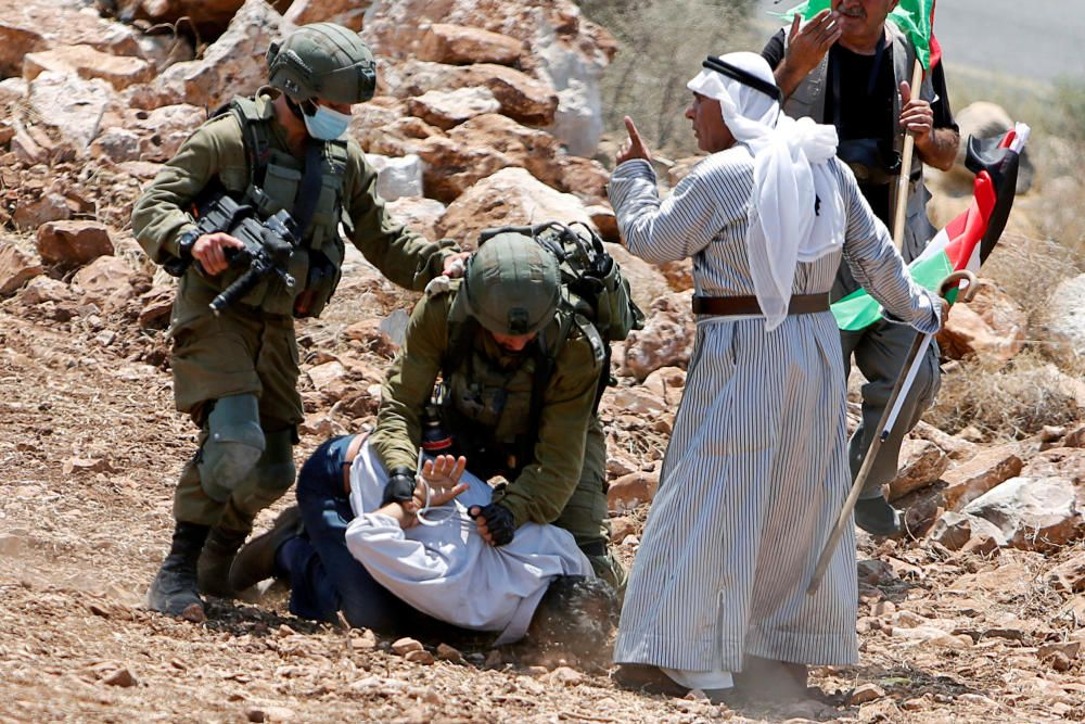 Palestinians protest against Jewish settlements