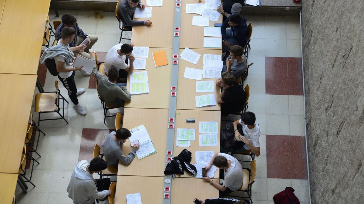 Alumnos de universidad estudiando en un aula