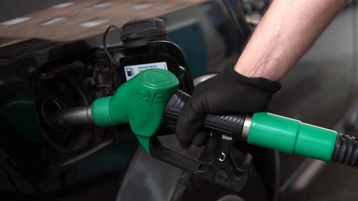 Una persona reposta carburante.