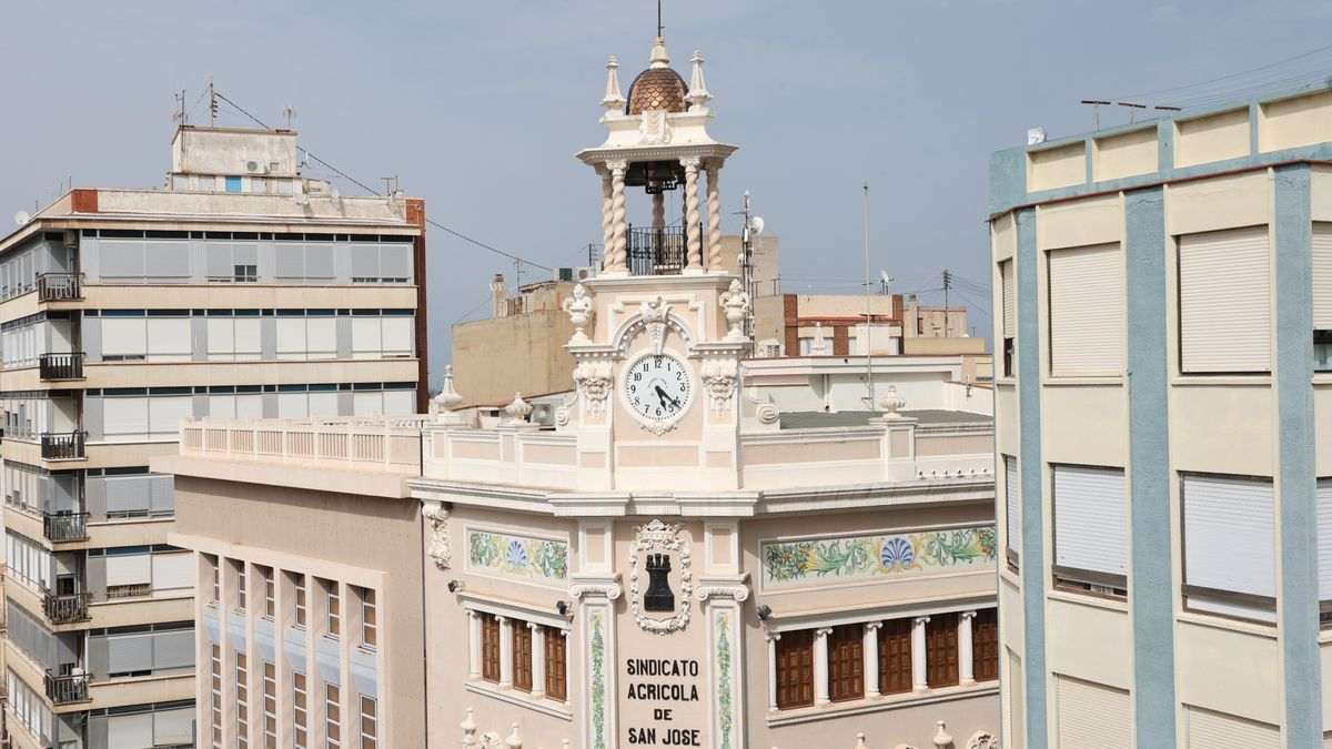 Imagen del campanario y el reloj de la sede social de CaixAlmassora.