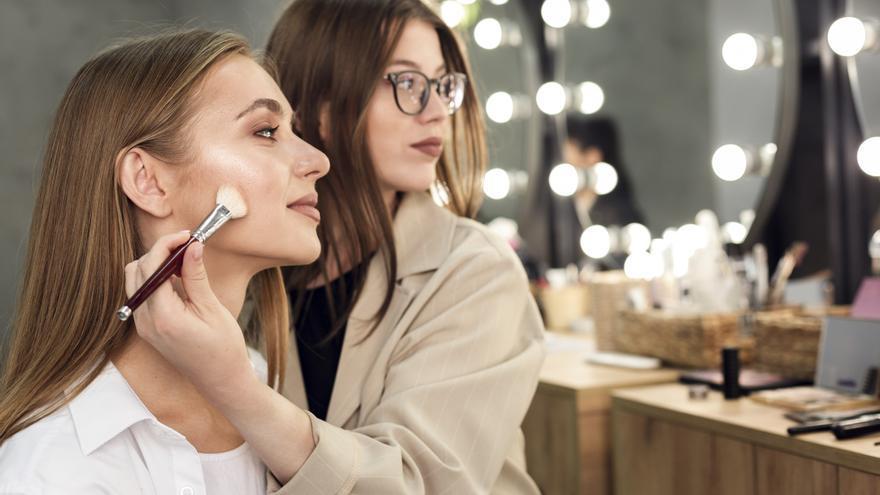 8 trucos de maquillaje para parecer más joven