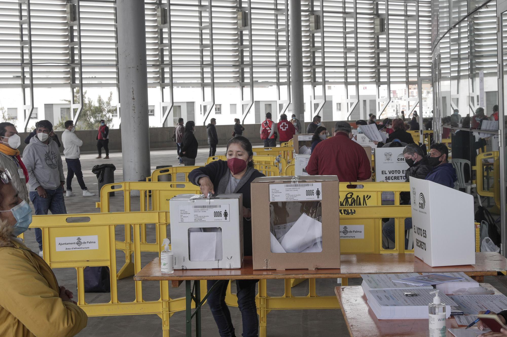 """Aglomeraciones y """"desorganización"""" en el arranque de las elecciones de Ecuador en Palma"""