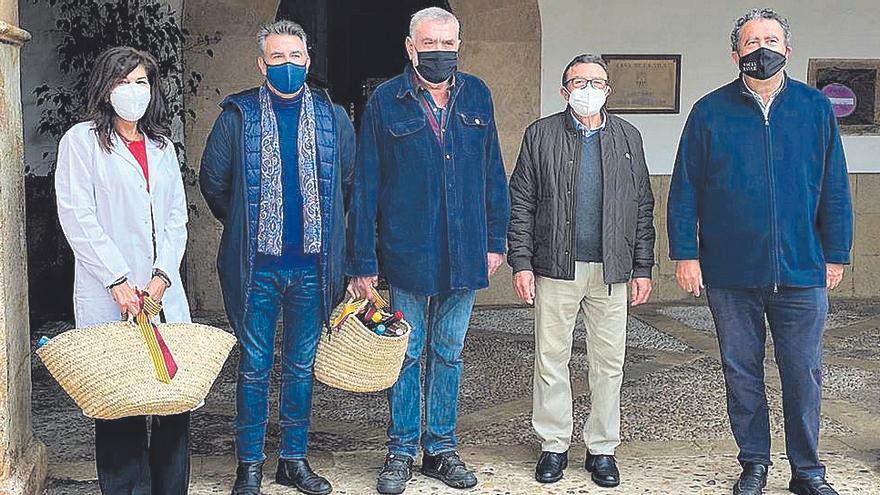 Santa Maria entrega el 'Brot de Pi' a Jaume Vich y a los sanitarios