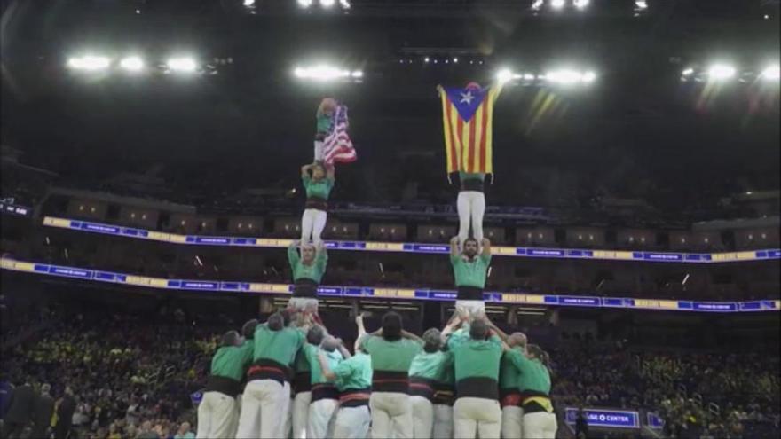 Els Castellers de Vilafranca planten dos pilars en un partit dels Golden State Warriors