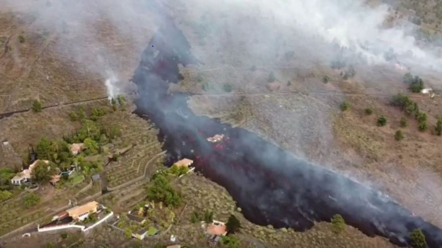 Vista aérea del avance de la colada volcánica en La Palma