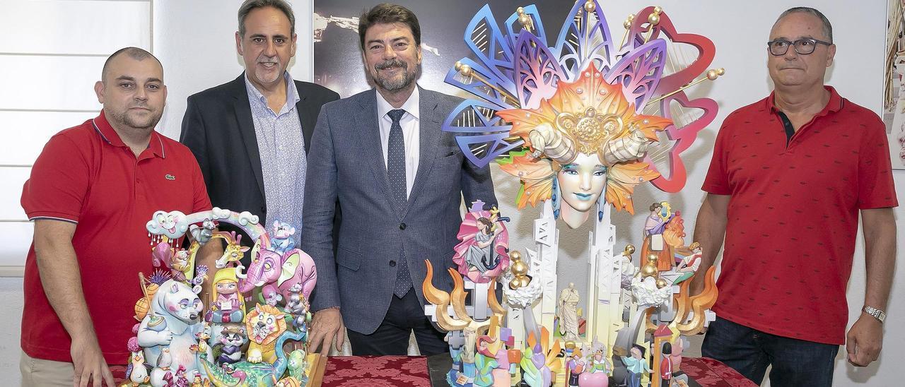 El alcalde, con el edil de Fiestas, y los artistas de las Hogueras Oficiales de 2020 cuando se eligieron sus maquetas