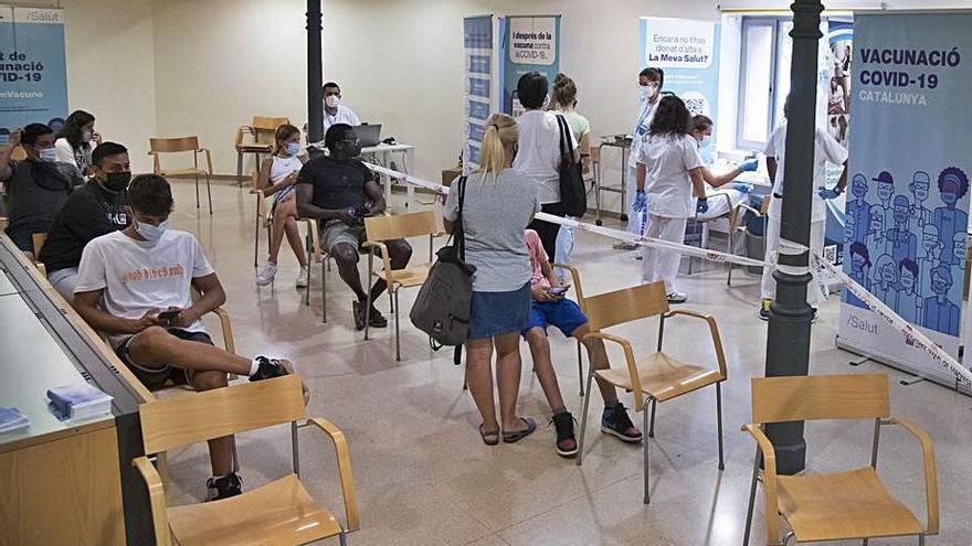 142 persones de totes les edats passen pel punt de vacunació al Casino de Manresa