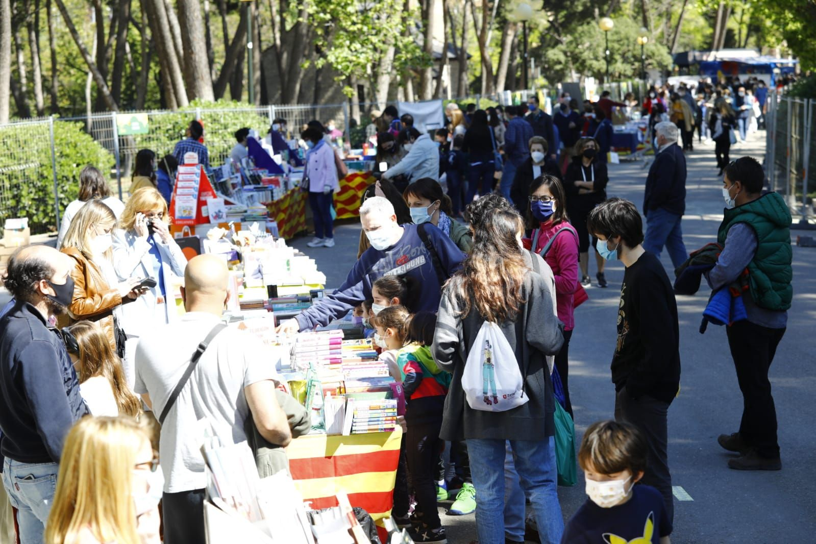 Largas colas y gran afluencia en la Feria del Libro del Parque Grande de Zaragoza