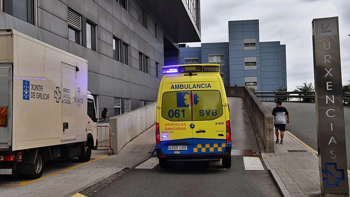 Una ambulancia entra en las Urgencias del Hospital de A Coruña. |   // VÍCTOR ECHAVE