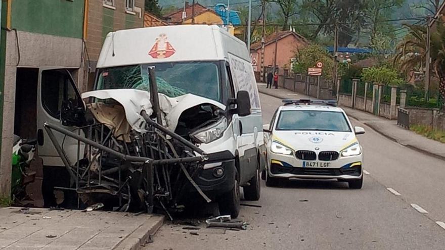 Aparatoso accidente en la zona rural de Oviedo: un conductor ebrio estampa su furgoneta contra una barandilla de hierro