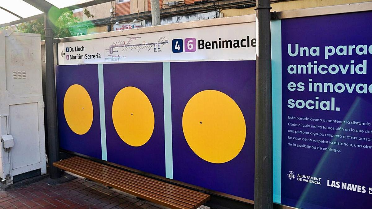Dos de los ingenios puestas en práctica: la parada de Metro de Vicente Zaragoza con sensor y un panel ecológico en la calle Colón.