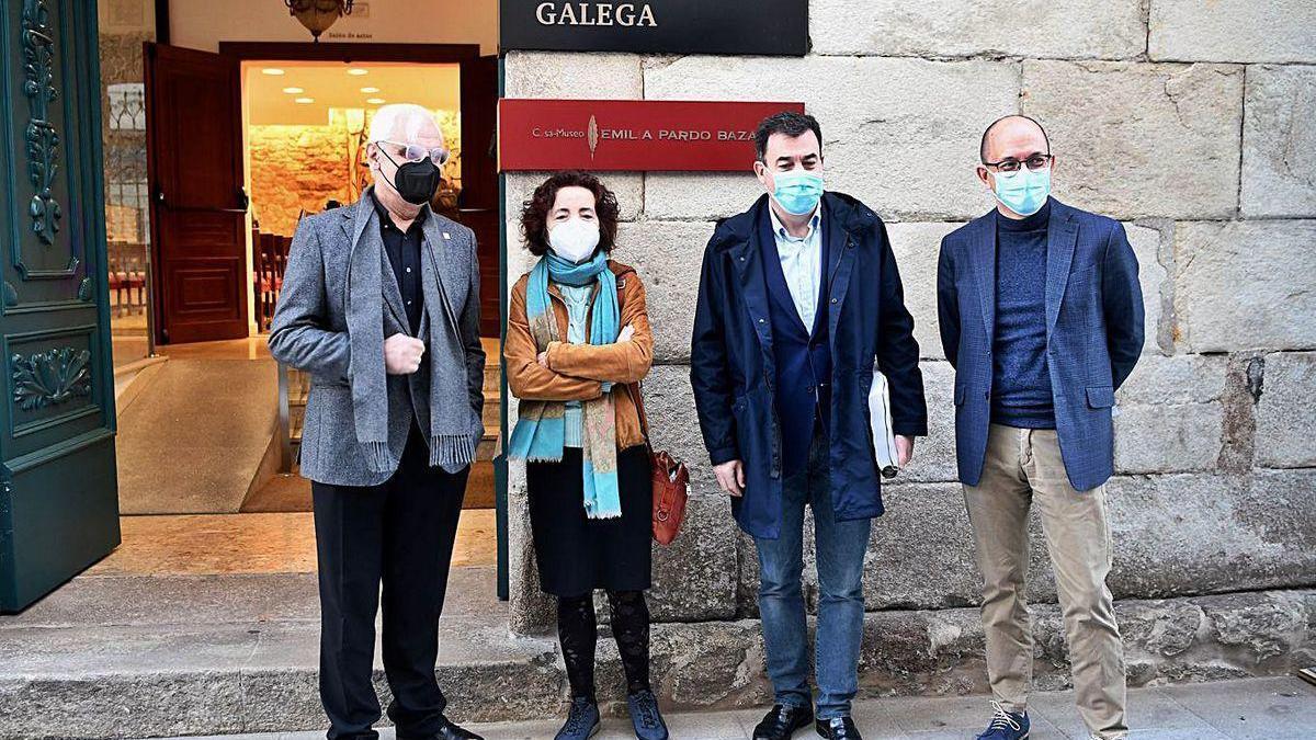 Freixanes, Marilar Aleixandre, Rodríguez e Anxo Lorenzo, onte na entrada da RAG.