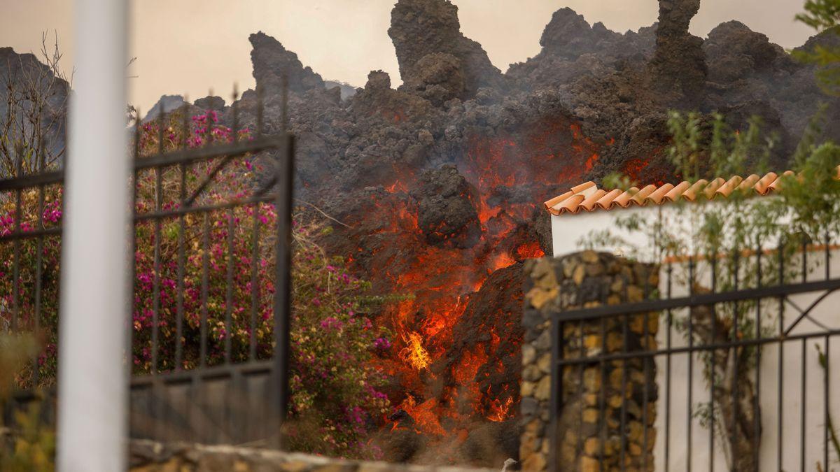 La lava del volcà de La Palma, engolint una casa