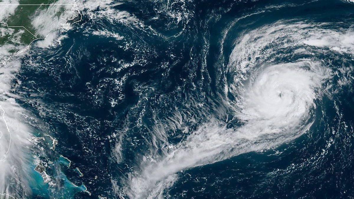 Imagen de satélite del huracán 'Paulette' (a la derecha), sobre el Golfo de México, el pasado 13 de septiembre