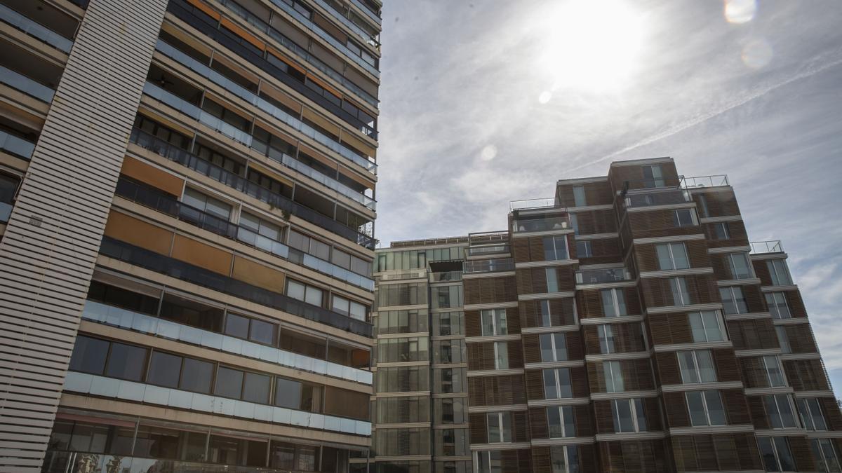 Edificios de viviendas en la zona más cara de la capital del Túria.