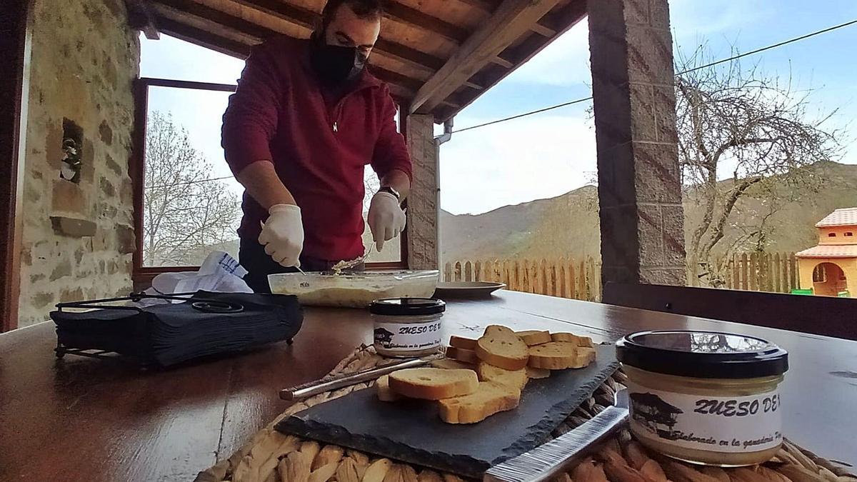 David Pérez, amasando una bandexa de quesu. | D. M.