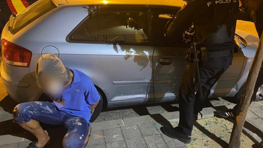 Arrestado cuando robaba en el interior de un coche