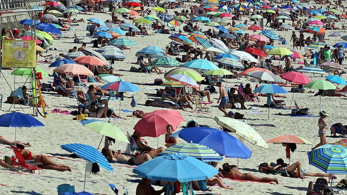 Playa de Samil, con restricciones de aforo para evitar los contagios.