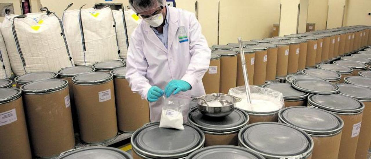 Un técnico recoge una muestra de ácido acetilsalicílico en la planta de Lada, en una imagen de archivo. | F. R.