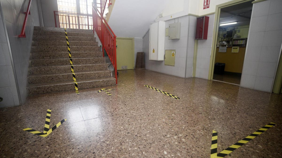 Señalizaciones para circular colocadas dentro de un instituto de Murcia.