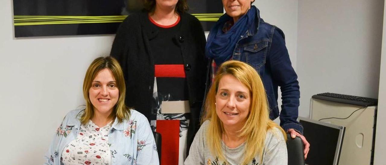 De izquierda a derecha, sentadas, Lucía Velasco y Camino López; detrás, María Fernández e Isabel de la Busta.