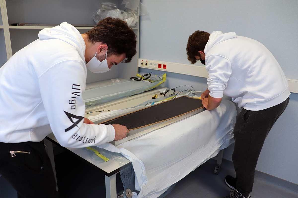 El equipo trabajando en fibra de carbono