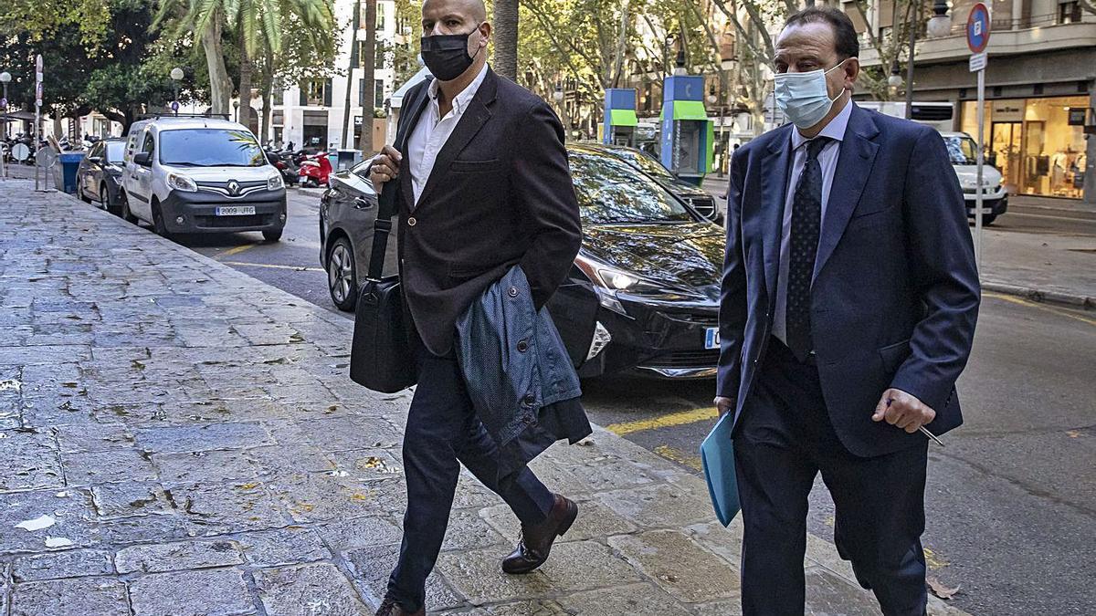 El subinpsector de Blanqueo, junto a su abogado, Pedro Horrach, ayer a su llegada al TSJB.